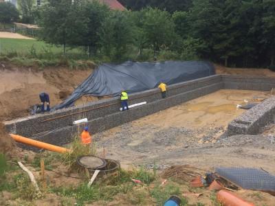 Albersdorf, Böschungssicherung RRB, Böschungssicherung eines Regenrückhaltebeckens in Albersdorf