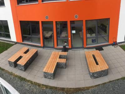 Oberkotzau HFO, Sitzgelegenheiten, Sitzgelegenheiten in Buchstabenform